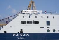 """Solidaritätsaktion des Netzwerks """"Boats for People"""" auf der Fähre Sizilien - Tunis im Sommer 2012."""