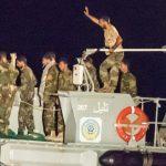 Auf dem Ausschnitt sind die Uniformen der Besatzung, das Hoheitszeichen und die Kennung des Schiffes gut zu erkennen. (Bild: Christian Ditsch)